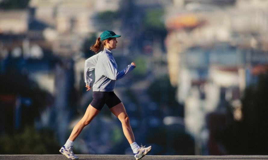 4 modi per allenare bicipiti e tricipiti quando si cammina